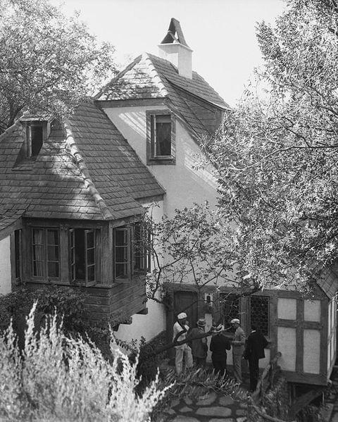 newspapermen gathering outside house