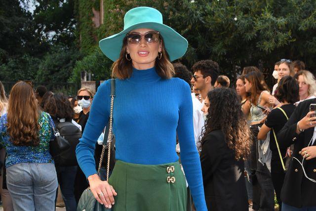 nieves álvarez preciosa en la semana de la moda de milán con un look 'color block' azul y verde de jersey, falda y sombrero de ala ancha de alberta ferretti