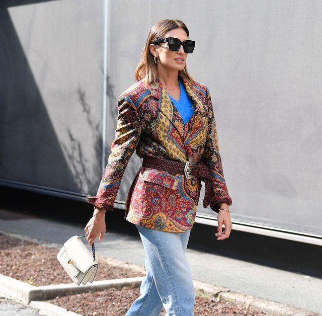 nieves álvarez lució unos pantalones vaqueros y una blazer paisley de etro en modo smart casual en la semana de la moda de milán