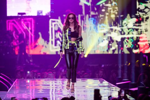 Performance, Entertainment, Music artist, Violet, Purple, Stage, Performing arts, Pink, Musician, Event,