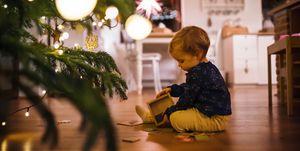 niño pequeño jugando en navidad