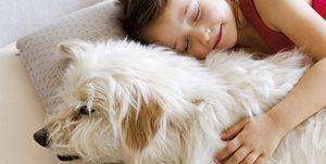 Mascotas: Niña durmiendo con perro