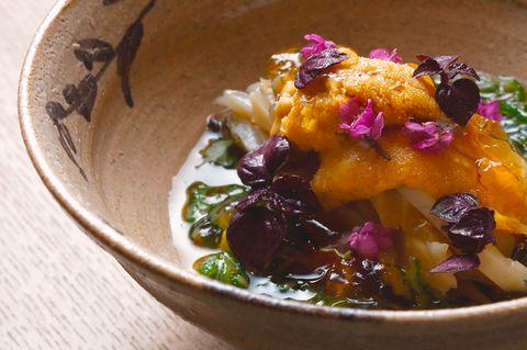 にしの「蒸し鮑とうにの先付」。叩いたオクラの出汁をかけ、花穂紫蘇、芽紫蘇を添えて。