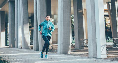 Hardloper vrouwNN Marathon Rotterdam virtueel hardlopen