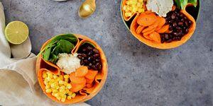 Tortilla bowl met cashewnoten-limoendressing