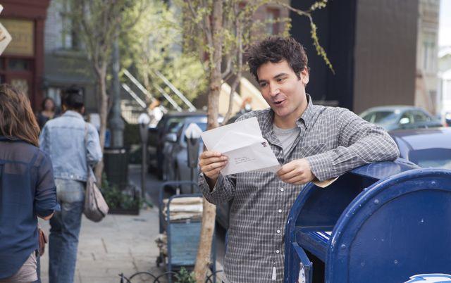 attore legge una lettera