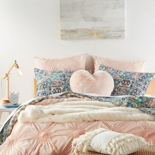 bed, furniture, bedroom, bed sheet, bedding, bed frame, room, duvet cover, interior design, duvet,