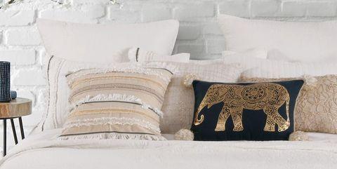 Bed, Furniture, Bedroom, Bedding, Room, Wall, Bed sheet, Bed frame, Interior design, Duvet cover,
