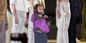 North West rapeando en el desfile de su padre Kanye West