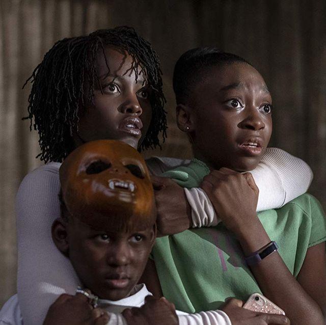 la joven madre protagonista de nosotros abraza a sus hijos, aterrada