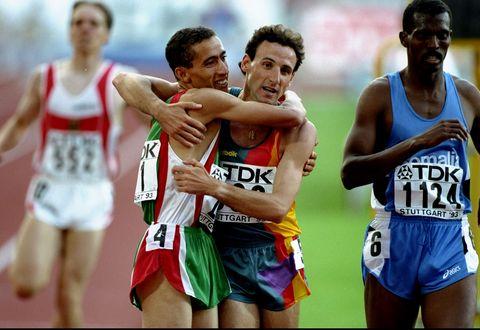 noureddine morceli y fermin cacho se abrazan después de correr los 1500m en los juegos olímpicos de atlanta