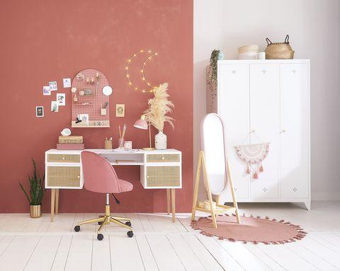 escritorio decorado en tonos rosas con silla de terciopelo y mesa con puertas enrejadas