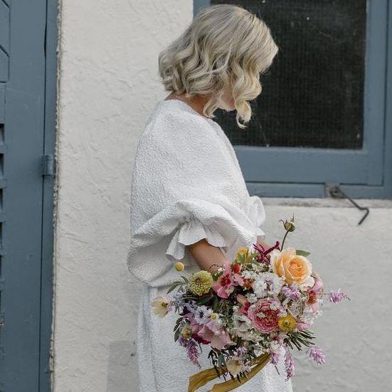 novia con vestido corto y mules rosas