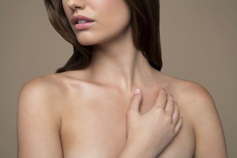 una mujer joven muestra su cuello y sus hombros