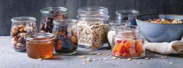 una variedad de frutas, frutos secos y cereales para hacer una comida saludable y respetuosa con el medio ambiente