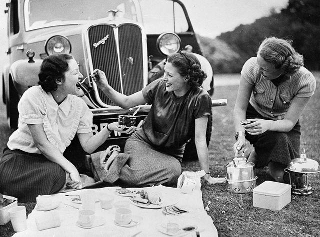 un grupo de amigas en 1936 en surrey haciendo picnic