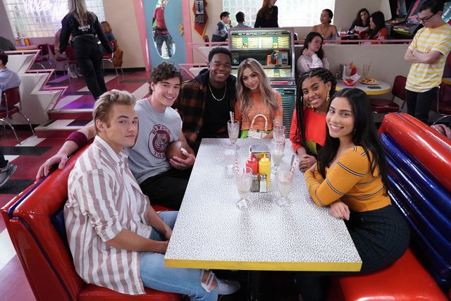 saved by the bell    pictured l r mitchell hoog as mac morris, belmont cameli as jamie spano, dexter darden as devante, josie totah as lexi, aisha alycia pascual pena as aisha and haskiri velazquez as daisy at the max    photo by chris hastonpeacock