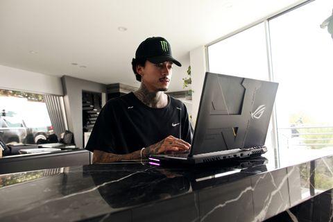 華碩 rog strix 奧運滑板大神限量聯名!史上最狂電競筆電,半透明設計+波浪炫彩鍵盤