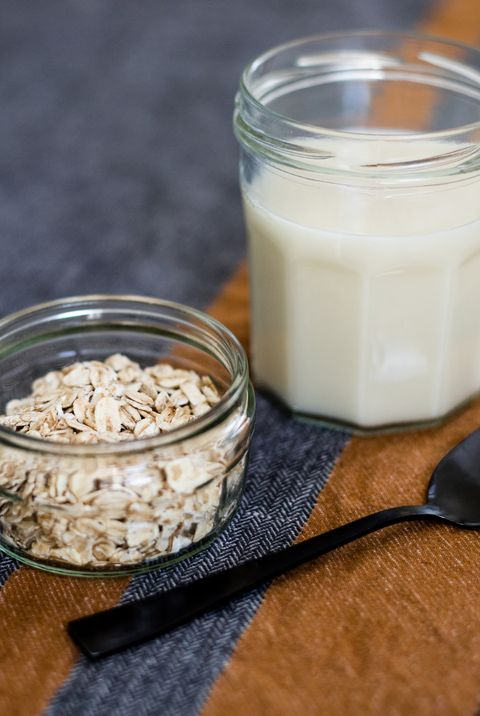 oat flakes and oat milk