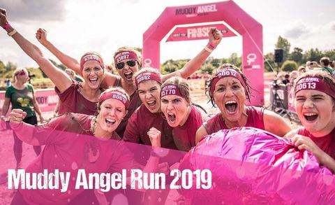 Fanatieke vrouwen bij de muddy angel obstacle run