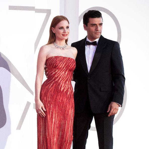 潔西卡雀絲坦versace亮片禮服點亮威尼斯影展!奧斯卡伊薩克紅毯親密小動作登上熱搜