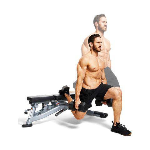 man doet oefeningen tegen witte achtergrond met gewichten in de hand