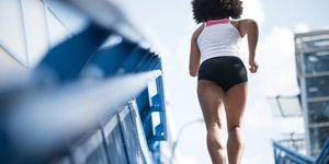Vrouw rent de trap op