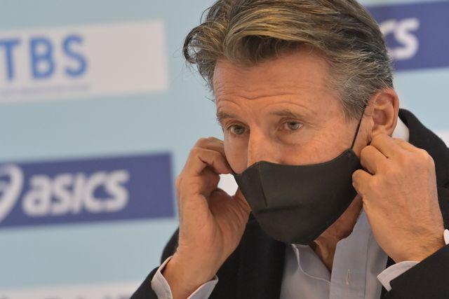 sebastian coe se ajusta la mascarilla durante una rueda de prensa en el mundial de medio maratón de gdynia polonia en octubre de 2020