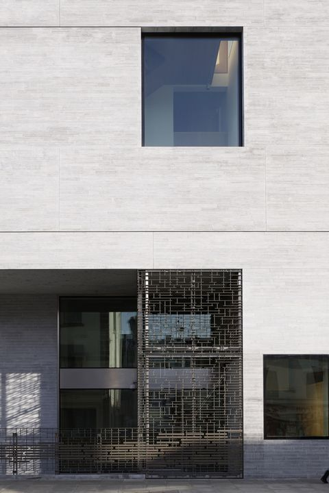 Architecture, Facade, Wall, Glass, Fixture, Commercial building, Grey, Rectangle, Parallel, Concrete,