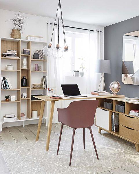 oficina en casa escritorio con estantería baja