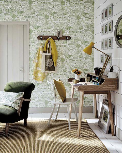 oficina en casa escritorio de madera en el recibidor