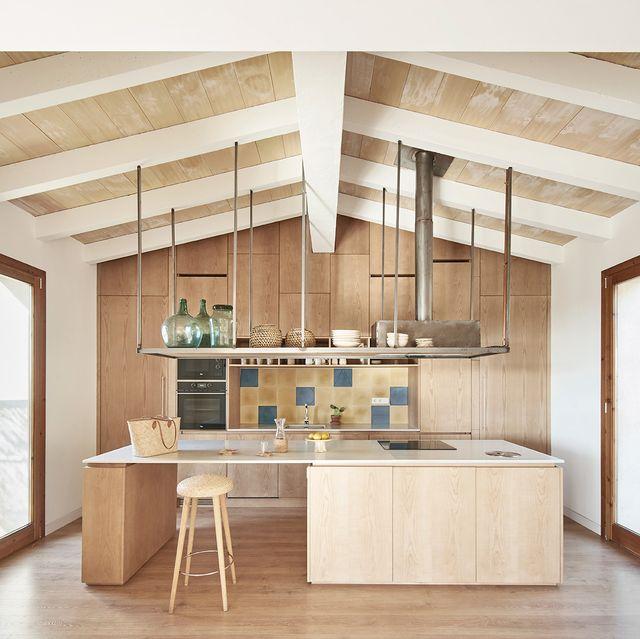 salón de estilo mediterráneo con mobiliario de madera claro en la casa palerm del estudio ohlab en mallorca