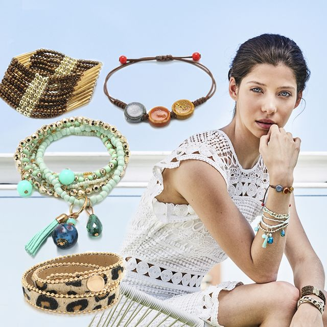 Modelo con pulseras de verano con Diez Minutos