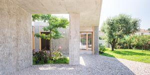 FGN House, progettata da OASI Architects, si trova a Fagnano Olona, nella provincia di Varese