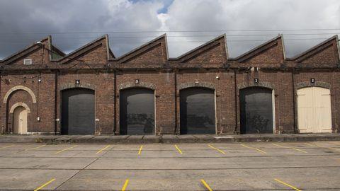 oude fabriekshal met schuin zaagtanddak