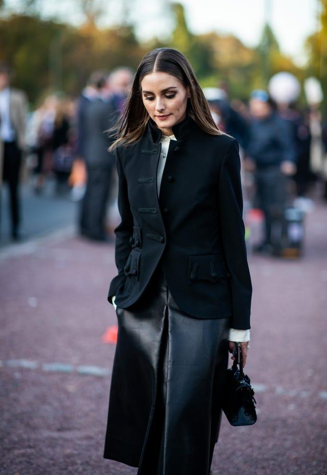 olivia palermo falda negra cuero charol tendencia