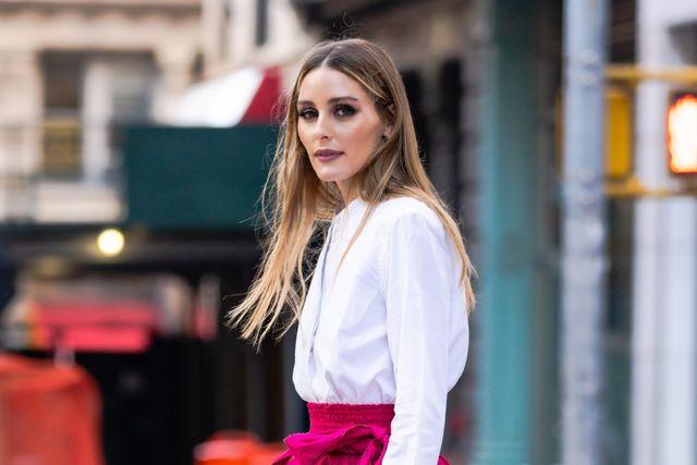 olivia palermo con camisa blanca y falda corta con vuelo rosa en nueva york