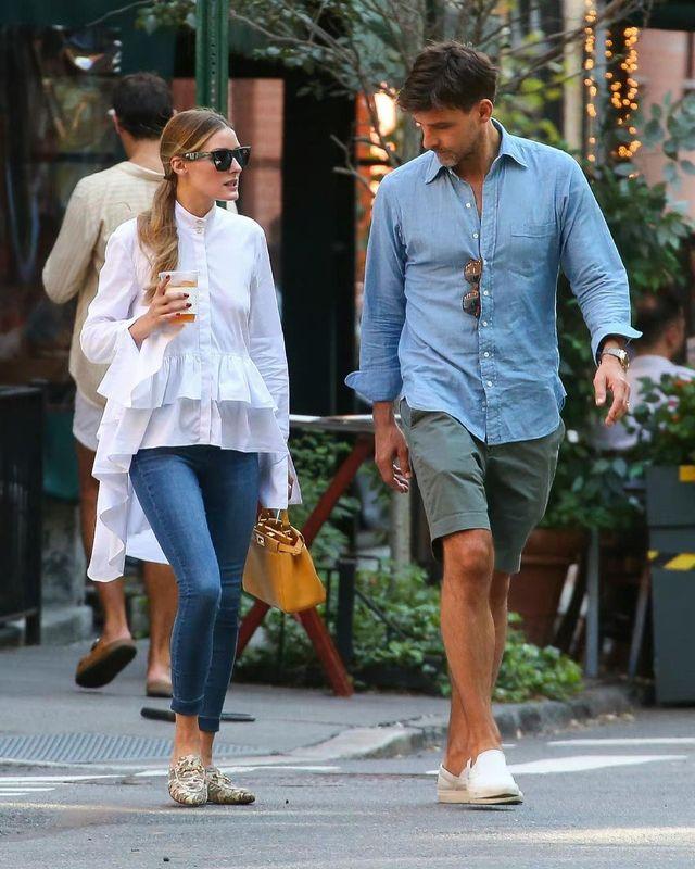 olivia palermo preciosa en su último mejor look 'street style' con su camisa blanca de cola favorita y pantalones jeans pitillo