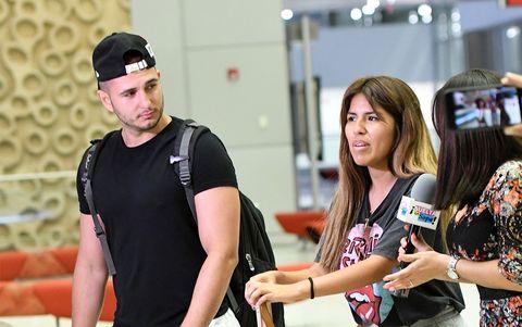 Omar Montes y Chabelita en el aeropuerto