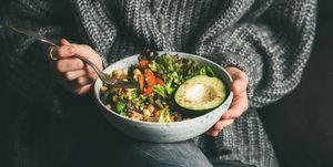 Vrouw eet een verse salade