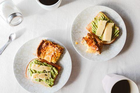 avocado-brood-koffie-ontbijt