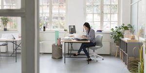vrouw in een opgeruimd kantoor