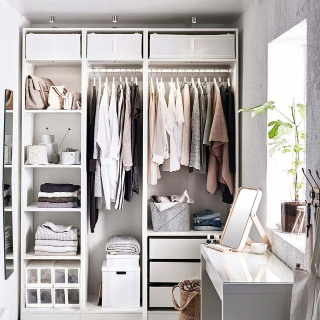armario con ropa ordenado