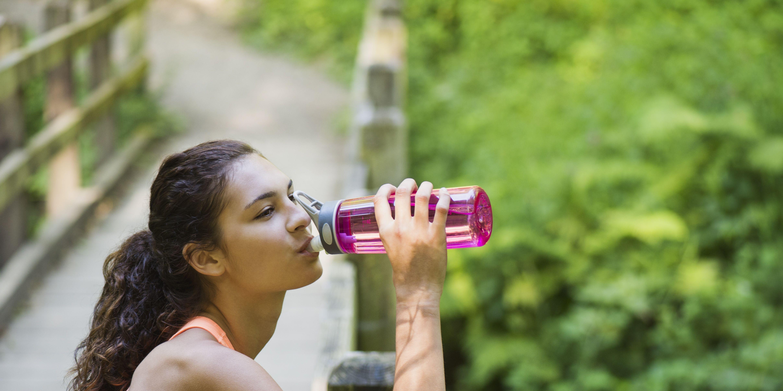USA, Oregon, Portland, Young women resting, drinking water