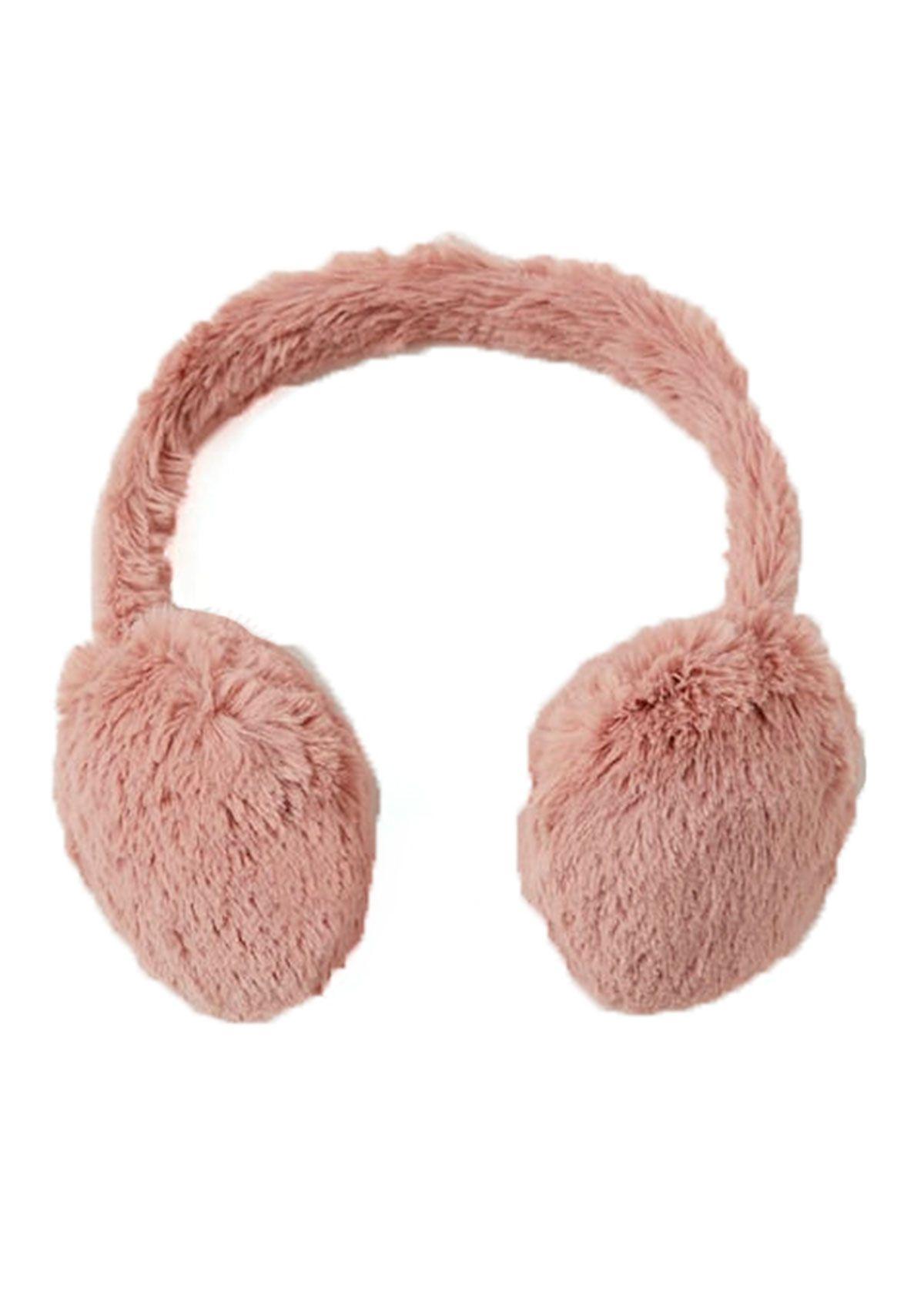 Te proponemos 15 complementos que van desde bolsos a zapatillas, pasando por fundas para móviles del tejido más calentito del invierno: el pelo.