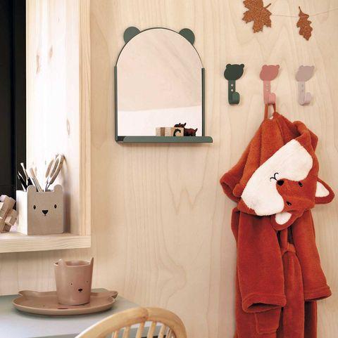 decoración infantil espejo con repisa y ganchos de pared