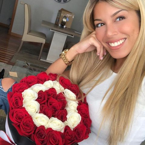 Hair, Blond, Bouquet, Red, Rose, Beauty, Flower, Lip, Hairstyle, Cut flowers,