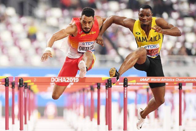 omar mcleod compite contra orlando ortega en la final de los 110 metros vallas en los mundiales de doha