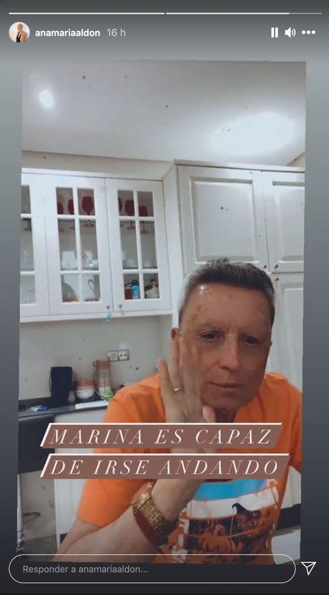 el torero, con una camiseta naranja, en la cocina de su casa junto a su mujer