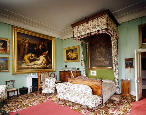 K Inside Queen Victoria And Prince, Queen Victoria Bed